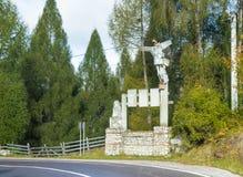 与站立在路附近的金属老鹰的雕刻的小组通过在喀尔巴阡山脉的脚在麸皮城市附近我 免版税图库摄影