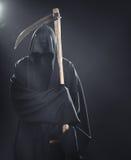 与站立在雾的大镰刀的死亡 免版税库存图片