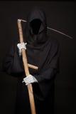 与站立在黑暗的大镰刀的死亡 图库摄影