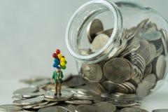 与站立的气球在硬币,在ja的金钱的微型图 图库摄影