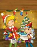 与站立近的圣诞树的圣诞节矮子的动画片场面 免版税图库摄影