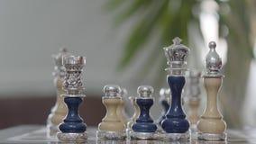 与站起来在棋盘关闭的银色插入物的美好的国际象棋棋局 棋盘比赛,竞争的事务 股票视频