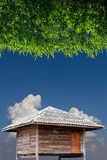 与竹叶子的木小屋 图库摄影