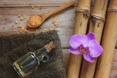 与竹子、腌制槽用食盐、按摩油、兰花花和毛巾的温泉背景 免版税库存照片