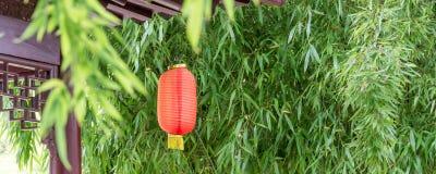 与竹子和一个传统灯笼的全景中国背景 库存照片