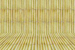 与竹条板箱背景纹理的竹子 图库摄影