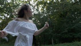与笑和跑在一个美好的夏日的女孩的自由概念本质上- 影视素材