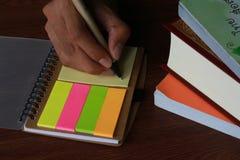 与笔和书支柱的文字笔记 库存图片