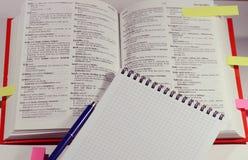 与笔和笔记本的书 免版税库存图片