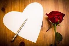 与笔和罗斯的华伦泰爱心形的笔记 库存图片