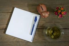 与笔和菊花茶的笔记本 免版税库存图片