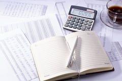 与笔和计算器的日志 免版税库存图片