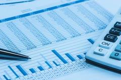 与笔和计算器的认为的财政银行业务银行家银行股报表数据在蓝色分析分析仪 库存图片