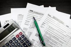 与笔和计算器的1040和W-9形式 免版税库存照片