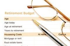 与笔和玻璃的退休计划文件 免版税库存图片