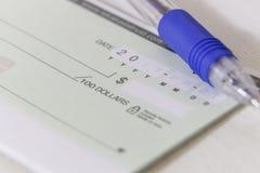 与笔的一个空白的私人支票 库存图片