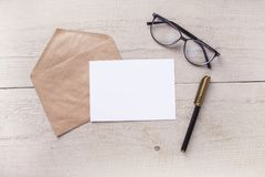 与笔的信封在一张木桌上 库存图片