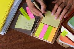 与笔的文字笔记和书裱糊板料支柱 库存照片