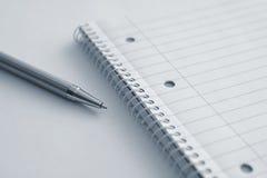 与笔的空白的笔记薄 免版税图库摄影