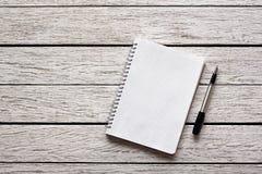 与笔的空白的笔记薄 免版税库存照片
