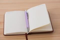 与笔的空的小册子 免版税图库摄影