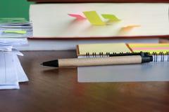 与笔的笔笔记和书裱糊板料支柱 免版税库存图片