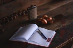 与笔的笔记薄在一张木书桌上 库存图片