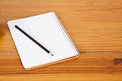 与笔的记事本 免版税库存照片