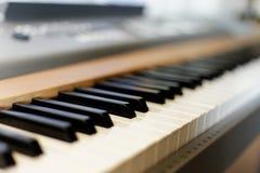 与笔记和玻璃的钢琴 库存图片