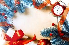与笔记本和时钟的圣诞节背景 免版税图库摄影