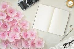 与笔记本的俏丽的被称呼的桌面大模型照片 库存图片