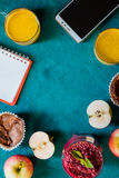 与笔记本的早餐在深蓝背景垂直的静物画和机动性 免版税库存图片