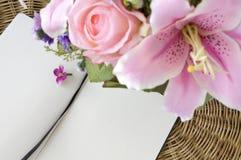 与笔记本的桃红色花 库存图片