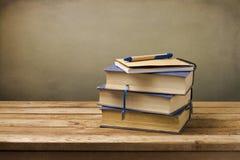 与笔记本的老葡萄酒书 免版税库存照片