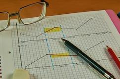 与笔记本的静物画,笔,玻璃,铅笔 免版税图库摄影