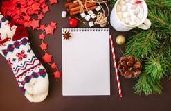 与笔记本,红色星白色空的页的圣诞节背景  免版税库存照片