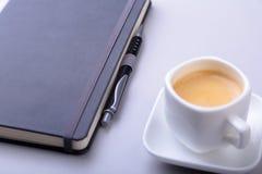 与笔记本,键盘的办公室桌,咖啡,片剂个人计算机 复制空间 库存图片