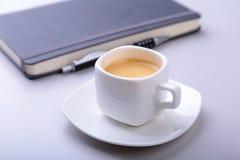 与笔记本,键盘的办公室桌,咖啡,片剂个人计算机 复制空间 库存照片