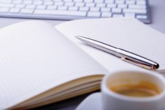 与笔记本,键盘的办公室桌,咖啡,片剂个人计算机 复制空间 图库摄影