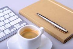 与笔记本,键盘的办公室桌,咖啡,片剂个人计算机 复制空间 免版税库存照片