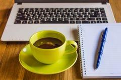 与笔记本,键盘的办公室桌, 库存图片