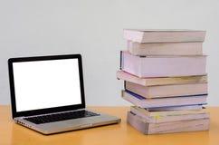 与笔记本(膝上型计算机)的书在木桌,教育,论文,杂文上 库存照片