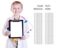 与笔记板的小的医生纵向 免版税库存照片