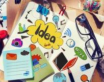 与笔记的设计师的表关于想法和工具 库存照片