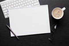 与笔记薄、个人计算机和咖啡的办公室皮革书桌桌 免版税库存照片