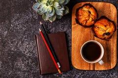与笔记薄、花和咖啡的表 免版税库存照片