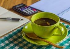 与笔记薄和笔的办公室桌, 免版税库存图片