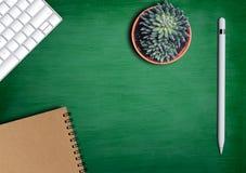 与笔记薄和键盘的办公室桌 免版税图库摄影
