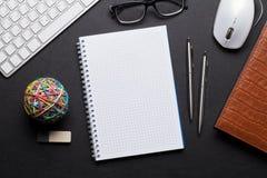 与笔记薄,个人计算机,玻璃的办公室皮革书桌桌 库存照片