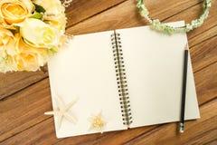 与笔,玫瑰色头饰带,冠状头饰,花束,海星的计划纸 库存照片